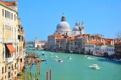 Ursnygg sikt av Grand Canal med basilikan Santa Maria della Salute Royaltyfria Foton