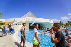 ursnygg sikt av lyckligt le glat folk som kopplar av och tycker om deras tid i simbassängskumparti på solig dag Royaltyfri Bild