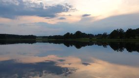Ursnygg sikt av solnedgången på lugna sommarafton lager videofilmer