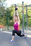 Ursnygg slank övningsyoga för ung kvinna på utomhus- sportsground Hjälteasana Lugn och att koppla av och att sträcka Morgon t för royaltyfria foton
