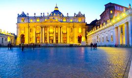 Ursnygg solnedgång av Vaticanendomkyrkan royaltyfria foton