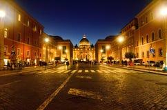 Ursnygg solnedgång av Vaticanendomkyrkan arkivbild