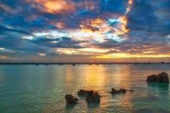 Ursnygg solnedgång på Indiska oceanen royaltyfria foton