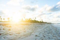 Ursnygg solnedgång på Punta Cana, Dominikanska republikenstrand royaltyfri bild