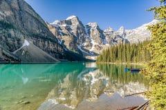Ursnygg sommarmorgon på morän sjön Royaltyfria Bilder