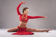 Ursnygg sportig kvinna i röda kläder kinesisk dans Arkivbild