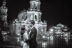 Ursnygg stad för natt för bröllopparbakgrund med slotten i ljus Royaltyfria Bilder
