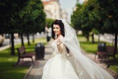 Ursnygg stilfull brud i den vita klänningen för tappning som in går Royaltyfria Bilder