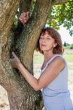 Ursnygg 50-talkvinna i harmoni med naturen och miljön Arkivfoton