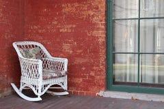 Ursnygg tegelstenvägg och vide- stol för white Royaltyfria Bilder