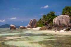 Ursnygg tropisk strand i Seychellerna Arkivbild