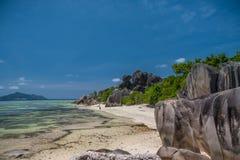 Ursnygg tropisk strand i Seychellerna Arkivfoton
