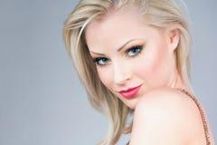 Ursnygg ung blond kvinna. arkivbilder