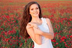 Ursnygg ung flicka i vallmofält Royaltyfria Bilder