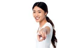Ursnygg ung flicka som ut pekar dig Royaltyfria Foton