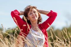 Ursnygg ung hög kvinna i harmoni med naturen Royaltyfri Fotografi