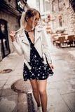 Ursnygg ung kvinna, i att posera utomhus jpg Royaltyfri Fotografi
