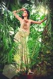 Ursnygg ung kvinna i lång aftonklänning Royaltyfri Bild
