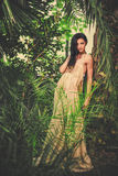 Ursnygg ung kvinna i lång aftonklänning Fotografering för Bildbyråer