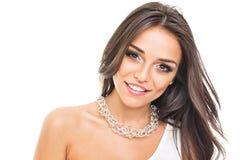 Ursnygg ung kvinna med att le för halsband Arkivbild