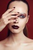 Ursnygg ung kvinna med mörkt hår och överdådig makeup Arkivbilder