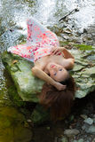 Ursnygg ung kvinna som ligger på en vagga Royaltyfria Foton