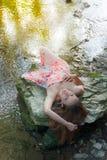 Ursnygg ung kvinna som ligger på en vagga Royaltyfri Bild