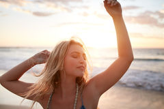 Ursnygg ung kvinna som tycker om sommarsemester royaltyfria bilder