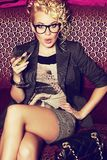 Ursnygg ung världsstjärna med coctailen i hennes hand fotografering för bildbyråer