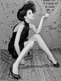 Ursnygg utformad kvinna för högt mode fotografering för bildbyråer