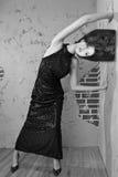 Ursnygg utformad kvinna för högt mode royaltyfria bilder
