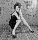 Ursnygg utformad kvinna för högt mode arkivfoto