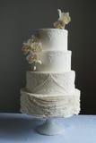 Ursnygg vit bröllopstårta Arkivbild