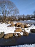 Ursnygg vit snöig vinter på den lilla staden fotografering för bildbyråer