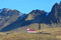 Ursnygga Christian Chapel i kullarna av Vik Iceland arkivfoto