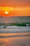 Ursnygga färger på stranden för solnedgång Royaltyfri Fotografi