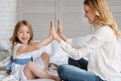 Ursnygga händer för barnmoderinnehav med hennes dotter Royaltyfria Foton