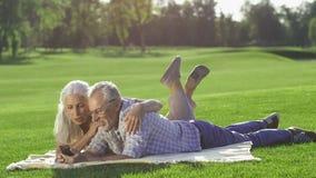 Ursnygga höga par genom att använda mobiltelefonen utomhus stock video