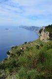 Ursnygga kust- sikter längs den Amalfi kusten i Italien Royaltyfri Bild