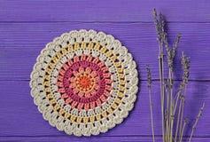 Ursnygga Mandala Crochet Doily och Lavander blommor arkivfoton