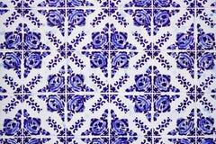 Ursnygga traditionella portugisiska keramiska bl?a tegelplattor med den blom- modellen Tappning glasade tegelplattor textur och b arkivbild