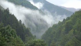 Ursnyggt berglandskap med moln som stiger upp lager videofilmer
