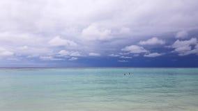 Ursnyggt färgrikt tropiskt landskap Maldiverna Indiska oceanen island maldivian Turkosvatten, blå himmel med vita moln för snö lager videofilmer