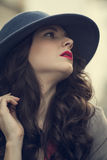 Ursnyggt glamoröst posera för brunett Arkivfoto