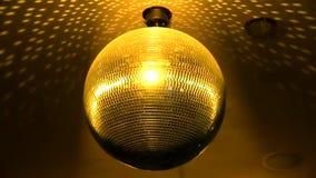 Ursnyggt grönt ljust färgrikt spegelförsett skraj rotera för belysning för lampa för garnering för tak för nattklubb för diskobol stock video