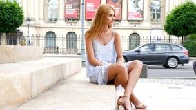 Ursnyggt härligt modellsammanträde för ung kvinna på trappan arkivfilmer
