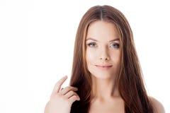 ursnyggt hår stående av en härlig flicka med långt silkeslent hår attraktivt kvinnabarn arkivfoton