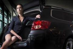 Ursnyggt kvinnasammanträde i baksida av bilen Arkivfoto