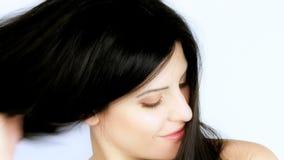 Ursnyggt långt hår som borstas av den kvinnliga modellen