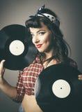 Ursnyggt retro stift upp flickan som poserar med rekord Arkivbild
